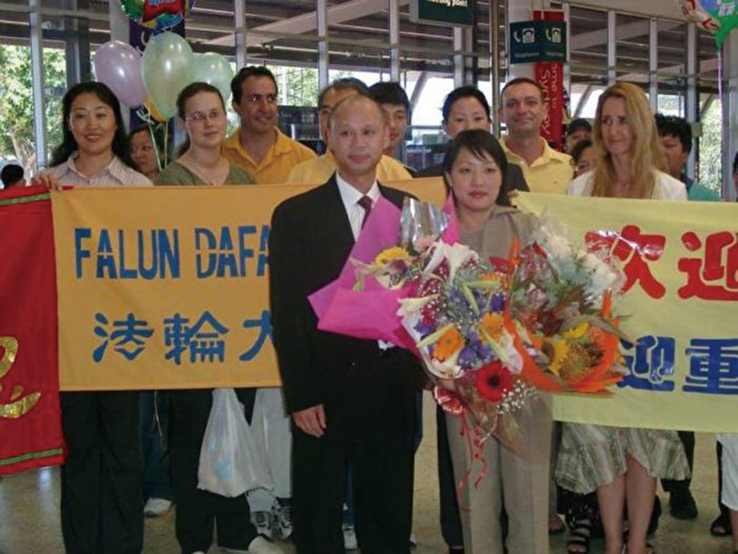 2003年11月29日,李迎在心愛人的陪伴下,終於抵達澳洲悉尼機場。(明慧網)