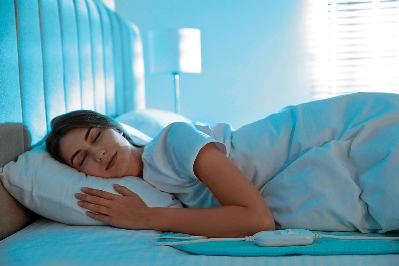 使用熱敷墊或電毯時,應注意使用時間。(圖|Shutterstock)