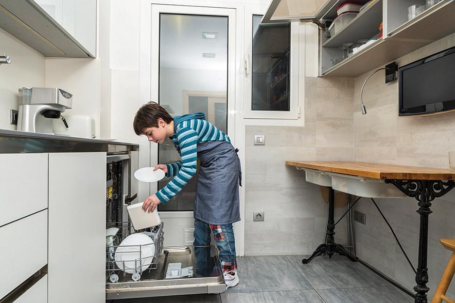 洗碗機使用方便,大人、小孩都可以操作。(Fotolia)