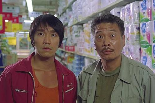 香港演員吳孟達2月27日因肝癌病逝。圖為周星馳與吳孟達(右)在《少林足球》中的劇照。(影片截圖)