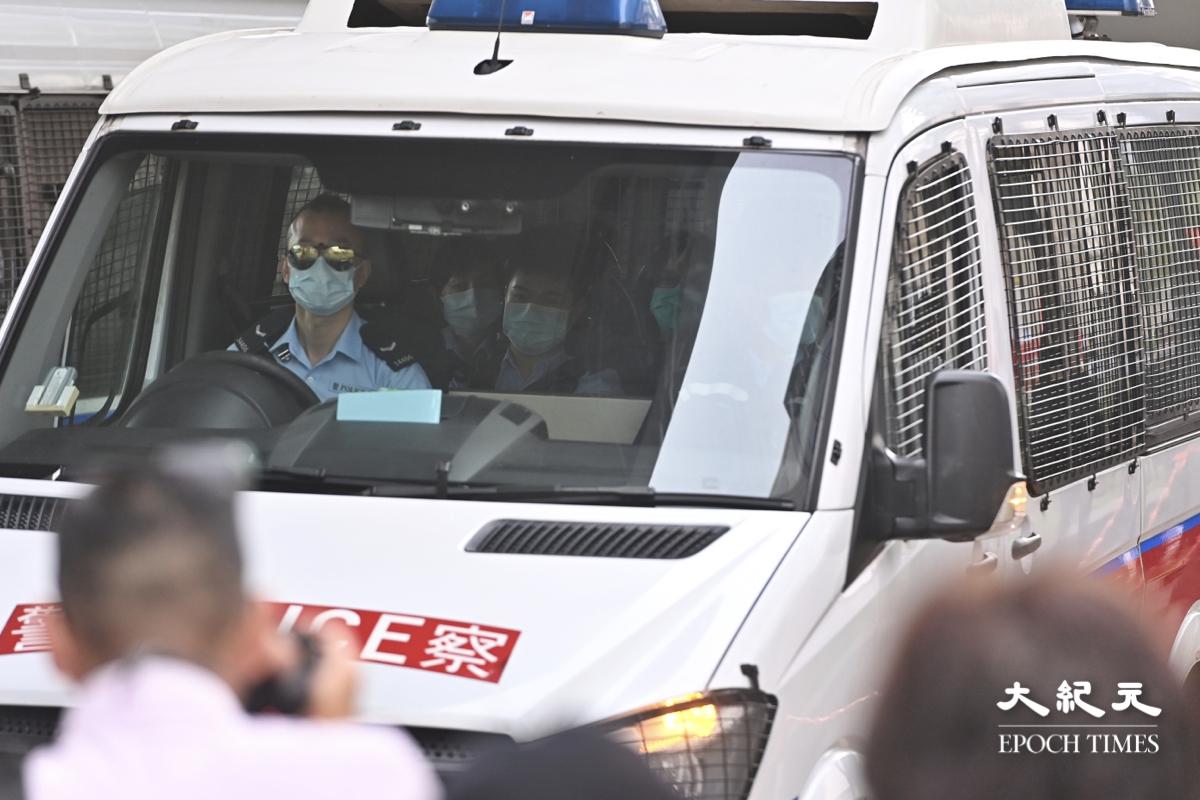 今早(3月1日)大約9時,警方落案控以「串謀顛覆國家政權罪」的47名民主派人士,分批由警車送到法院。(宋碧龍/大紀元)