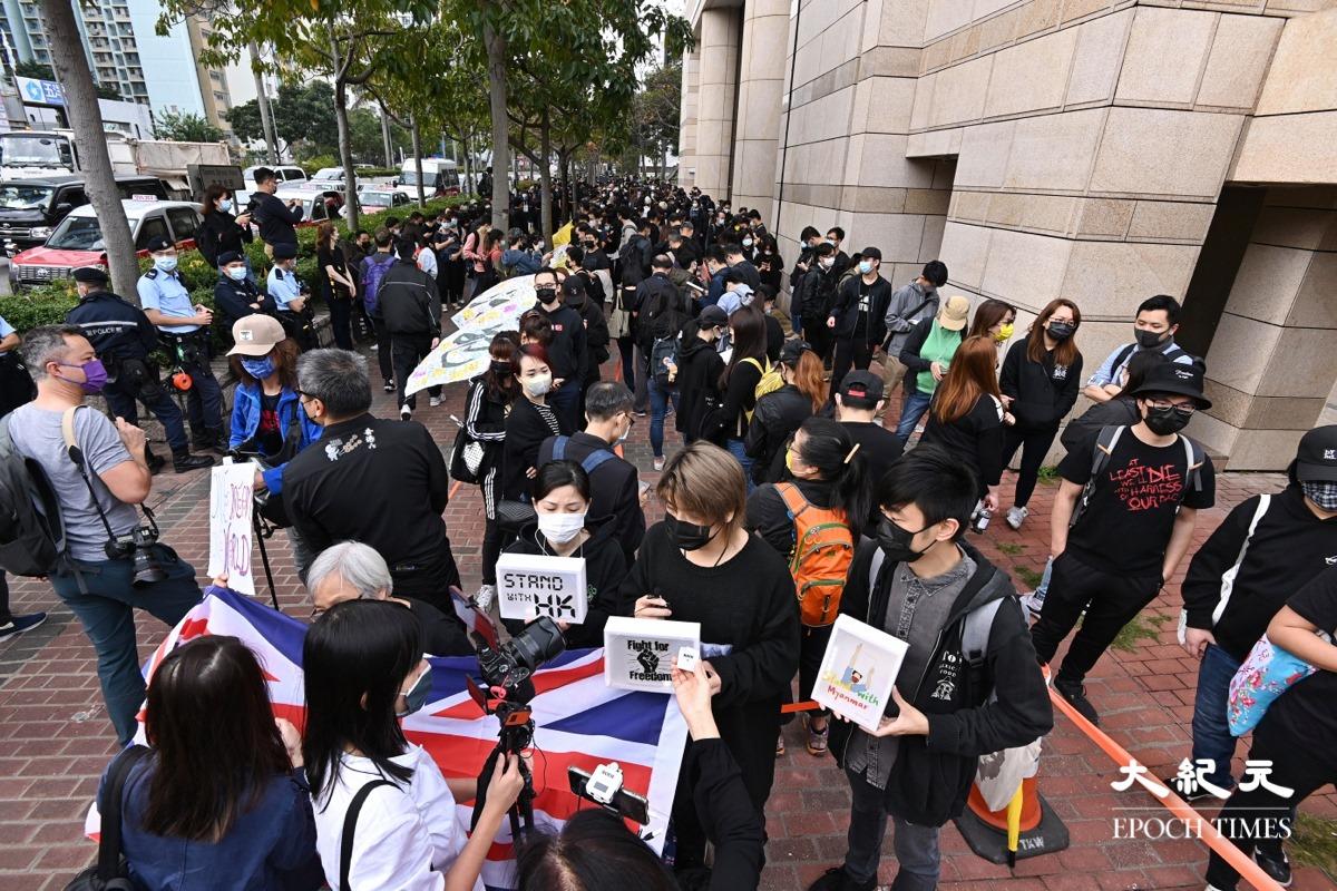 3月1日一大早,大批香港民眾在西九龍裁判法院外排隊,希望進入法庭旁聽。(宋碧龍/大紀元)