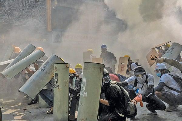 在和警方的衝突中,抗議者用自製的盾牌防護。(Getty Images)
