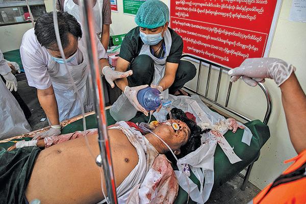 2月28日,被送往醫院救治的受傷抗議者。(Getty Images)