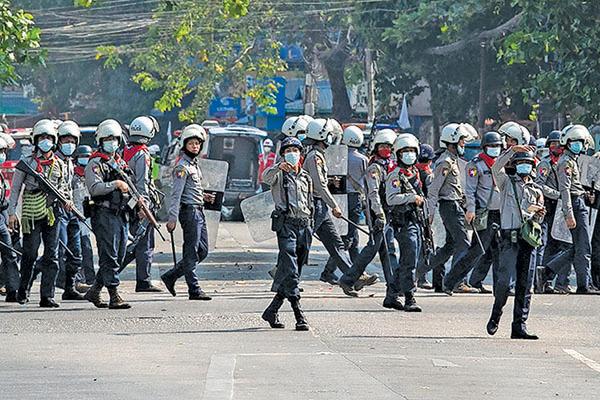 緬甸警察在衝突現場警戒。(Getty Images)