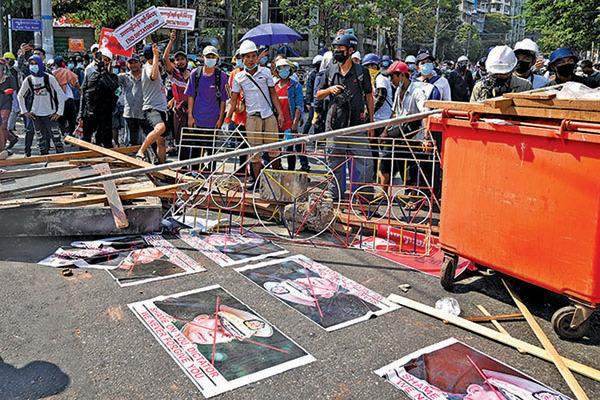 抗議民眾將軍方首領的照片鋪在地上。(Getty Images)
