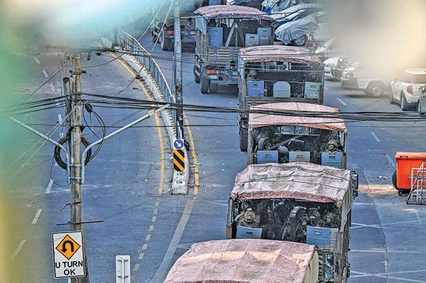 仰光街頭的軍車。(Getty Images)