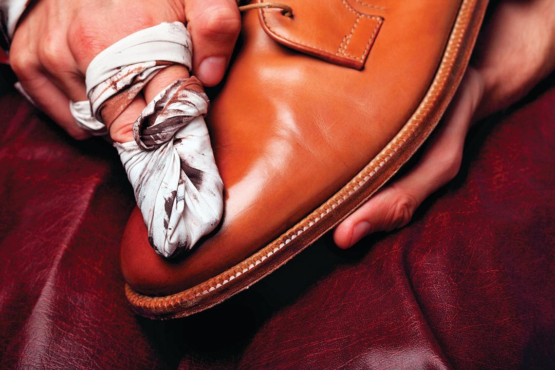 用棉布沾取少量清潔乳液清潔髒污的鞋面