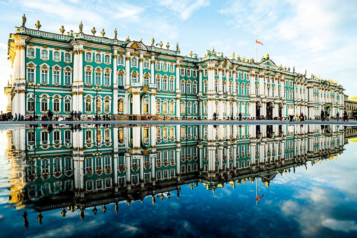俄羅斯聖彼得堡(St. Petersburg)的冬宮(Winter Palace)有著巴洛克風格的外表,冬宮廣場上的積水倒映著宮殿立面。(Roman Sibiryakov/Shutterstock.com)