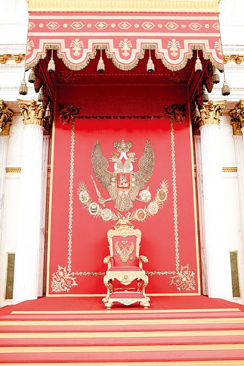 聖喬治大廳(又稱寶座大廳,St. George Hall 或Large Throne Room)的俄羅斯王座,該廳為所有俄國君主使用。(Chubykin Arkady/Shutterstock.com)