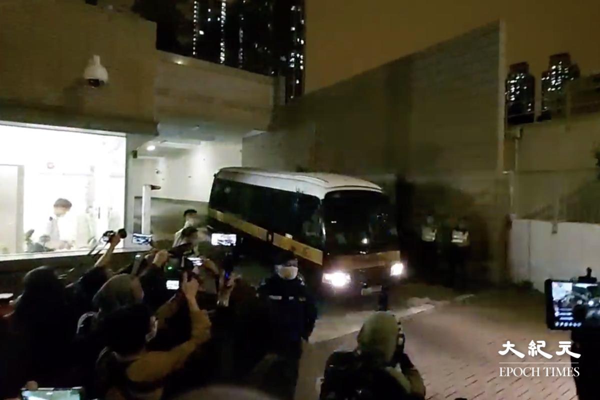 直至近晚上11時,第一架囚車緩緩駛出,大批記者及市民守候。(影片截圖)