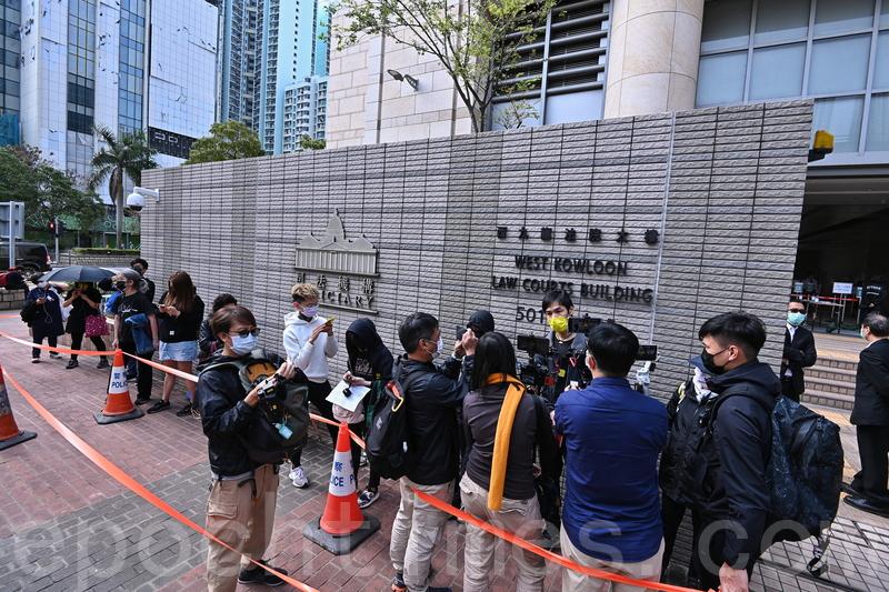 47名香港民主派人士被控「串謀顛覆國家政權罪」案件,昨日在西九龍裁判法院第二日提堂,早上仍然有不少市民排隊等候進入法院旁聽。(宋碧龍/大紀元)