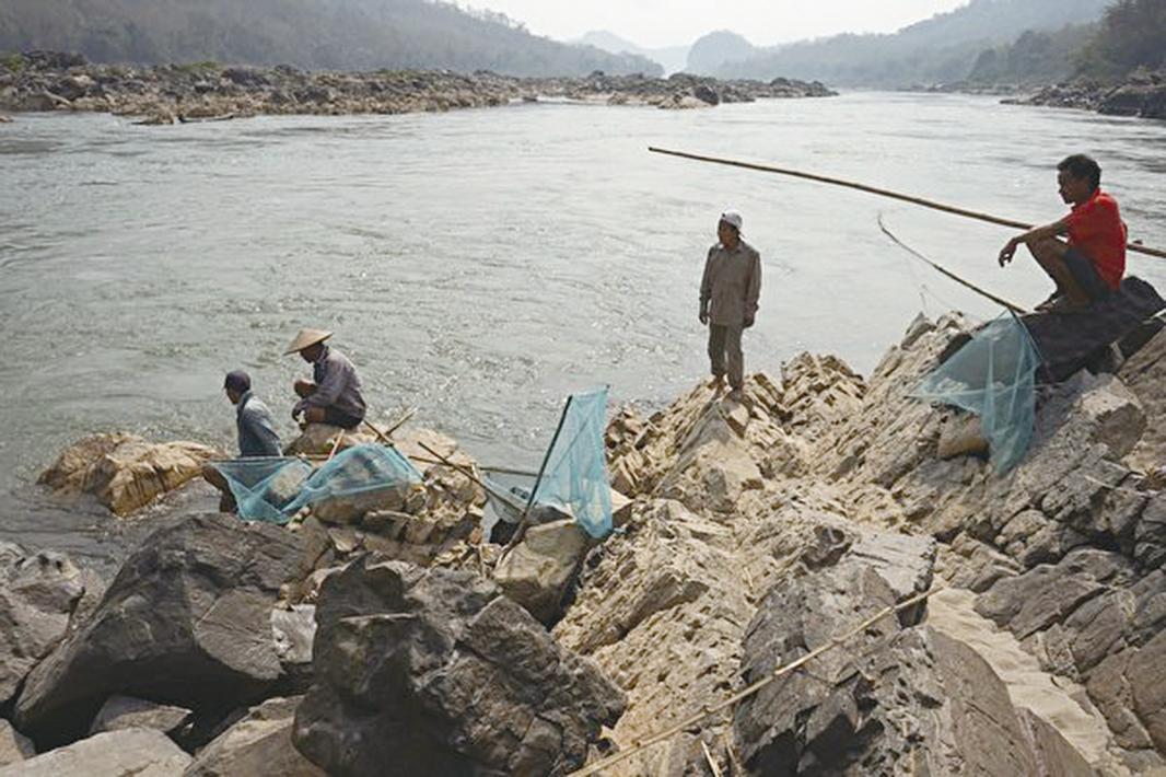 中共在瀾滄江上修建的大大小小的水壩,對依賴湄公河所生存的東南亞7,000萬民眾的生計造成直接威脅。圖為2020年2月8日,湄公河琅勃拉邦河段,水位下降衝擊老撾漁業。(Aidan Jones /AFP via Getty Images)