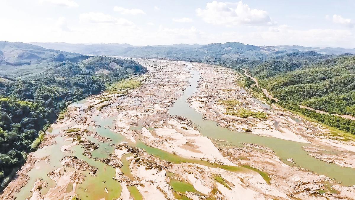 中國在湄公河上游大肆建壩攔截水源,致使下游多國水域縮減,民生重創。圖為泰國境內的湄公河水源乾枯,河床大面積裸露。(Getty Images)