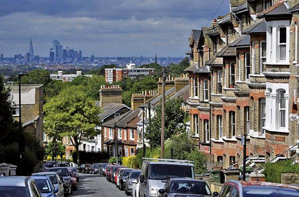 全英房屋貸款協會昨(3月2日)公佈2月份英國平均樓價為229,748英鎊,月比升0.7%。(DANIEL LEAL-OLIVAS/AFP via Getty Images)