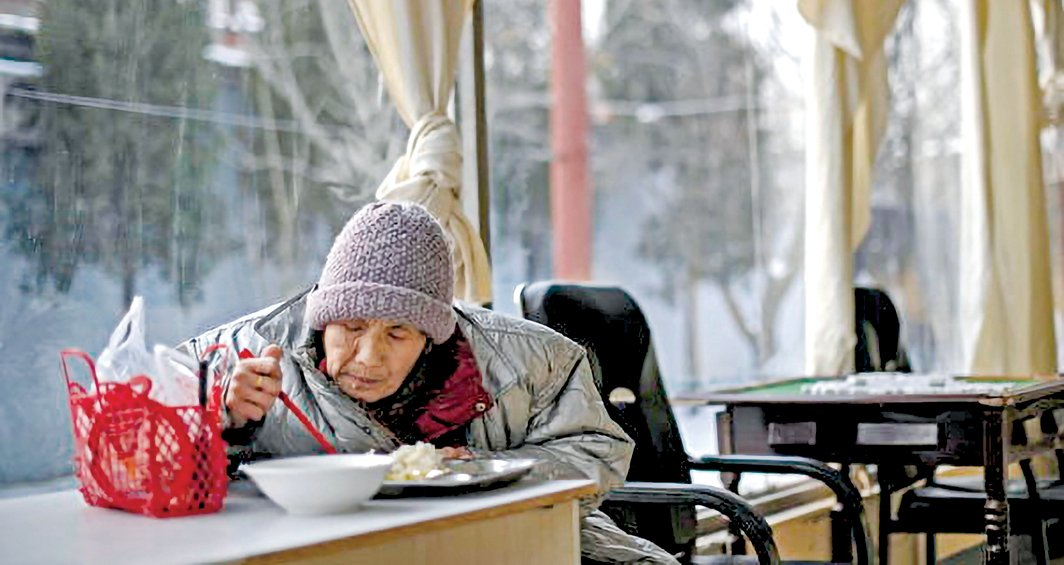 圖為一位北京老人在一家養老院吃飯。(Getty Images)