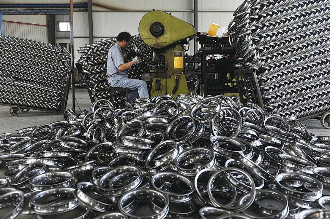 一名工人在杭州的一家運動器材工廠加工鋼圈以供出口。(VCG/VCG via Getty Images)