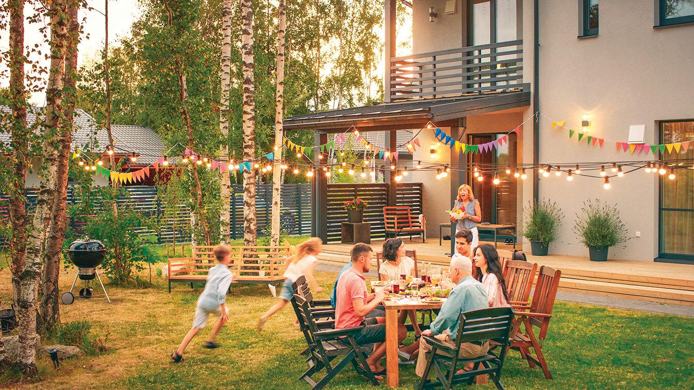 在後院用餐,孩子們有更寬廣的活動空間。