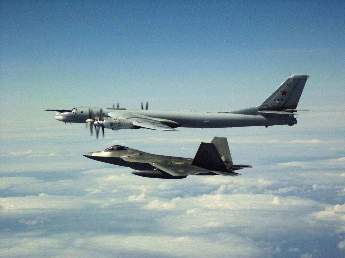 2019年5月21日,俄羅斯4架戰略轟炸機在北極上空進行例行飛行訓練,期間一度沿著阿拉斯加西海岸飛行,美軍出動F-22戰鬥機進行伴飛監視。(北美航空防空司令部)