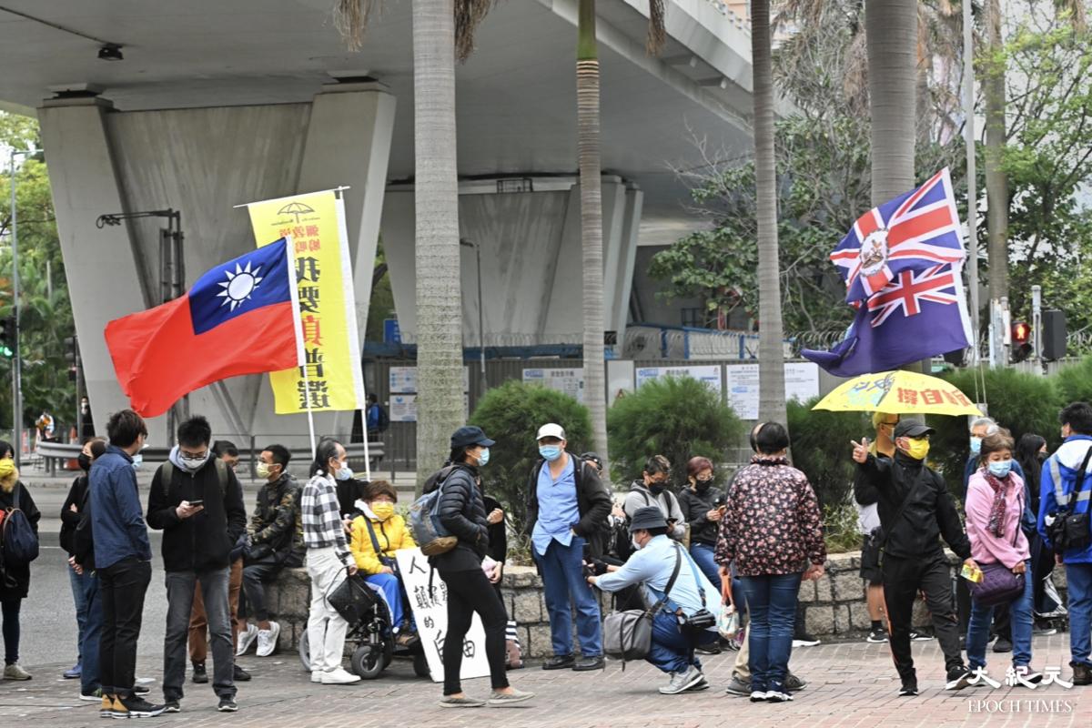 案件聆訊進入第3天,西九龍裁判法院外有不少市民前來聲援47人。(宋碧龍/大紀元)