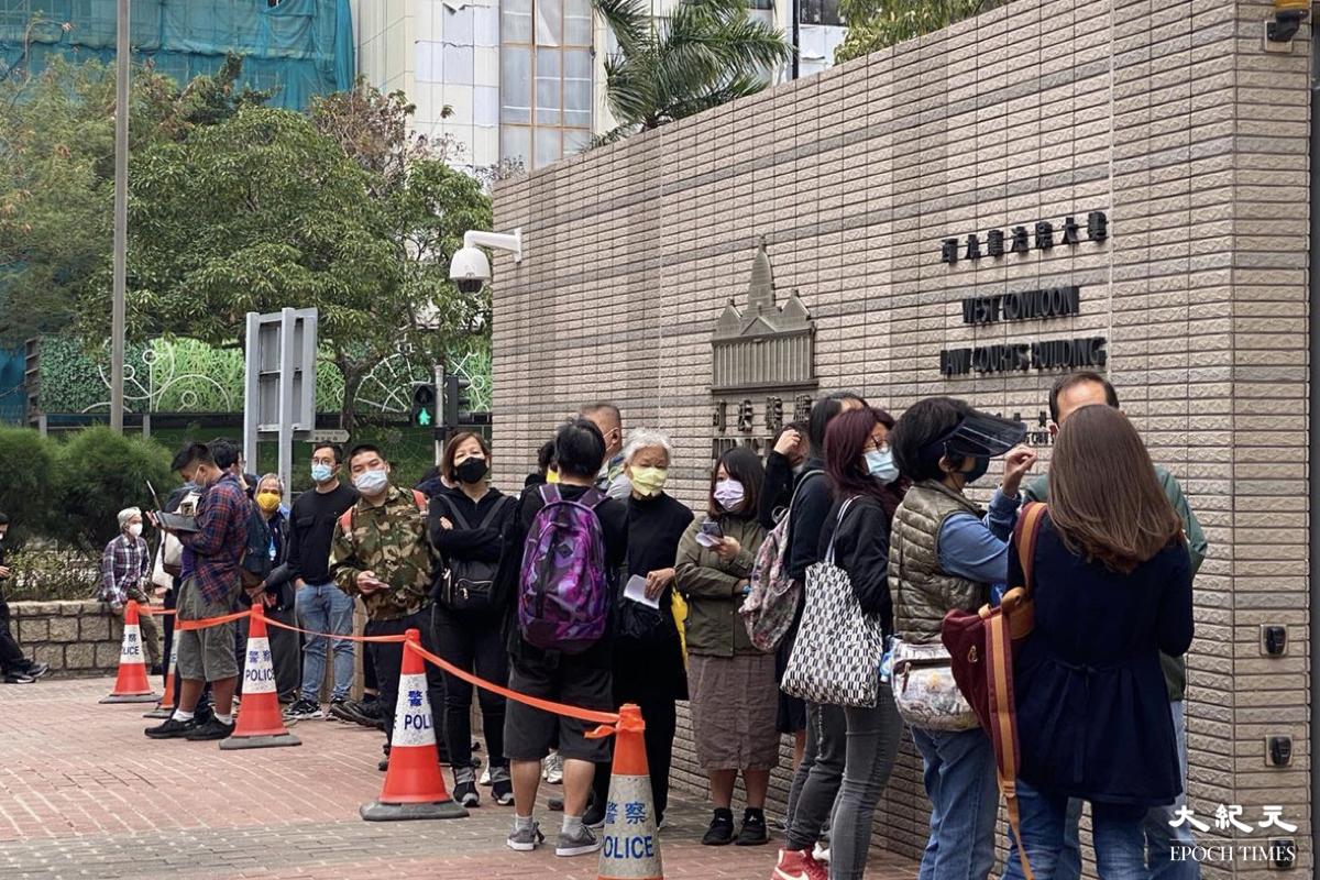 案件聆訊進入第三日,仍有過百名市民專程趕到西九龍裁判法院聲援。(梁珍/大紀元)