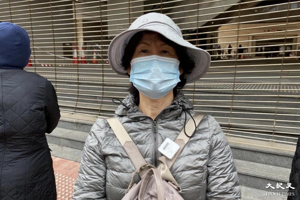 到場聲援的黃小姐表示「這麼長時間的審訊,是不人道對待」、「這是精神折磨法,是一種暴政、強權用來消磨人民意志的手段」。(梁珍/大紀元)