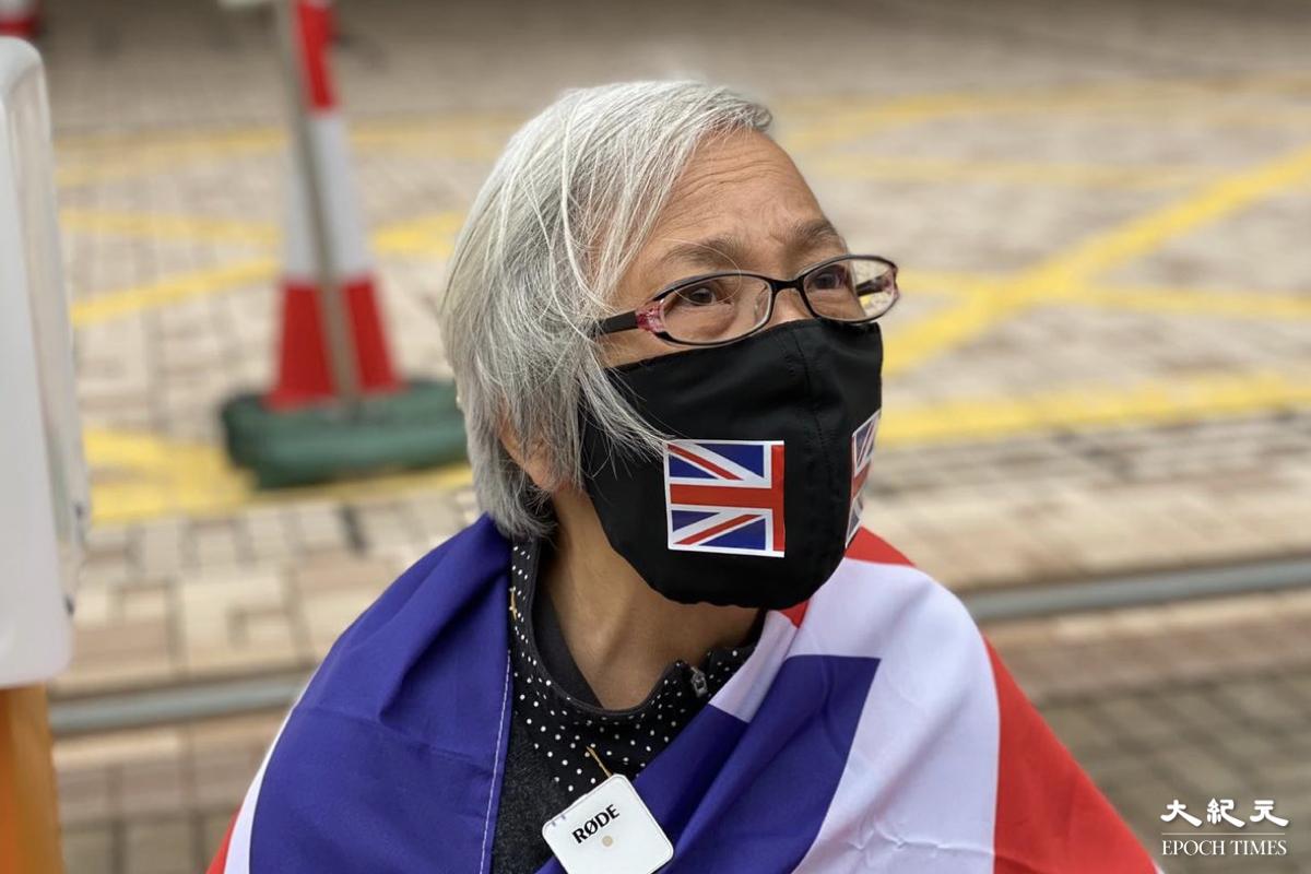 王婆婆(王鳳瑤)感嘆,主權移交後中共令香港民主倒退,原本的核心價值蕩然無存。(梁珍/大紀元)