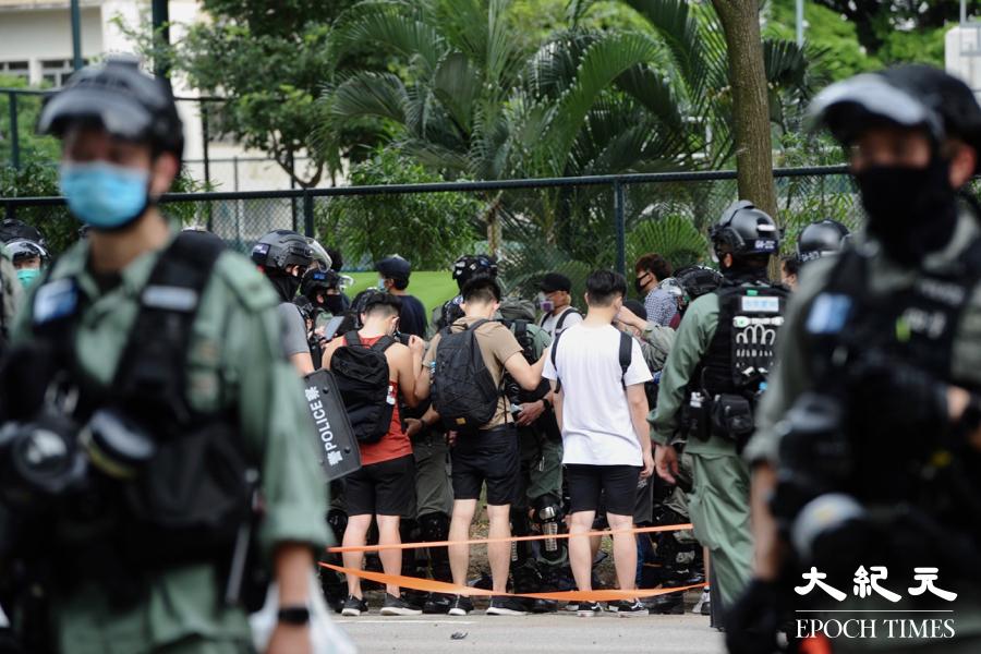 「自由之家」公佈調查報告顯示,香港自由度總評分跌至52分為歷次最低,批評中共極大削弱香港的自由和自治。圖為去年七一市民上街反對「港版國安法」,在維園外被警察拘補。(宋碧龍/大紀元)