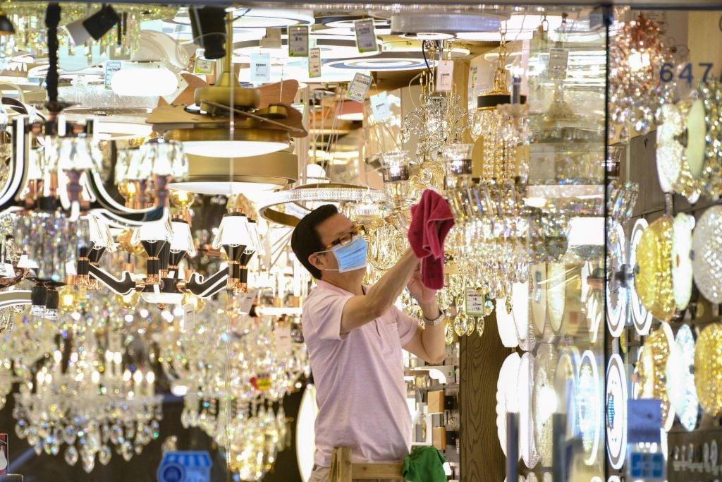 香港昨(3月3日)公佈1月份零售業銷售,按年下跌13.6%至326 億港元。(PETER PARKS/AFP via Getty Images)