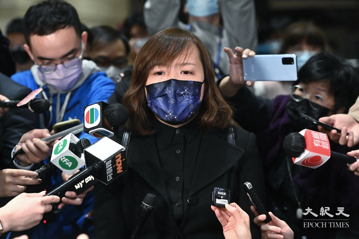 劉頴匡女友見記者表示幾天的法庭程序,只是合謀的一場戲,結果早已定好。(宋碧龍/大紀元)