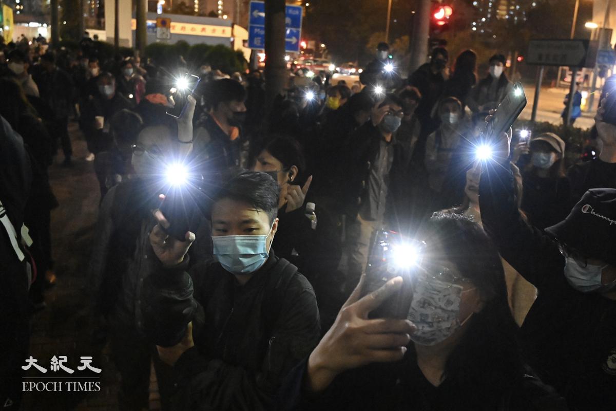 大批市民晚上在法院外聚集,聲援47名民主派議員,形成久違了的燈海。(宋碧龍/大紀元)