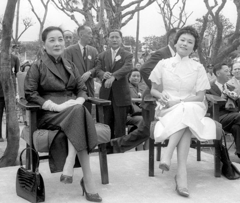 圖為1960年飛虎將軍陳納德銅像揭幕典禮,中華民國前總統蔣中正夫人蔣宋美齡(前左)和陳納德遺孀陳香梅(前右)一同出席。(中央社檔案照片)