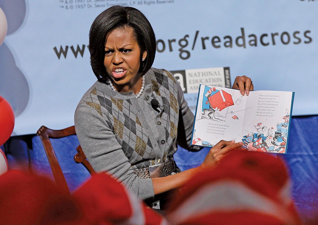 2010年3月2日,當時的第一夫人米歇爾在為當地學生朗讀蘇斯博士(Dr. Suess)的《戴帽子的貓》(The Cat In The Hat)。(Getty Images)