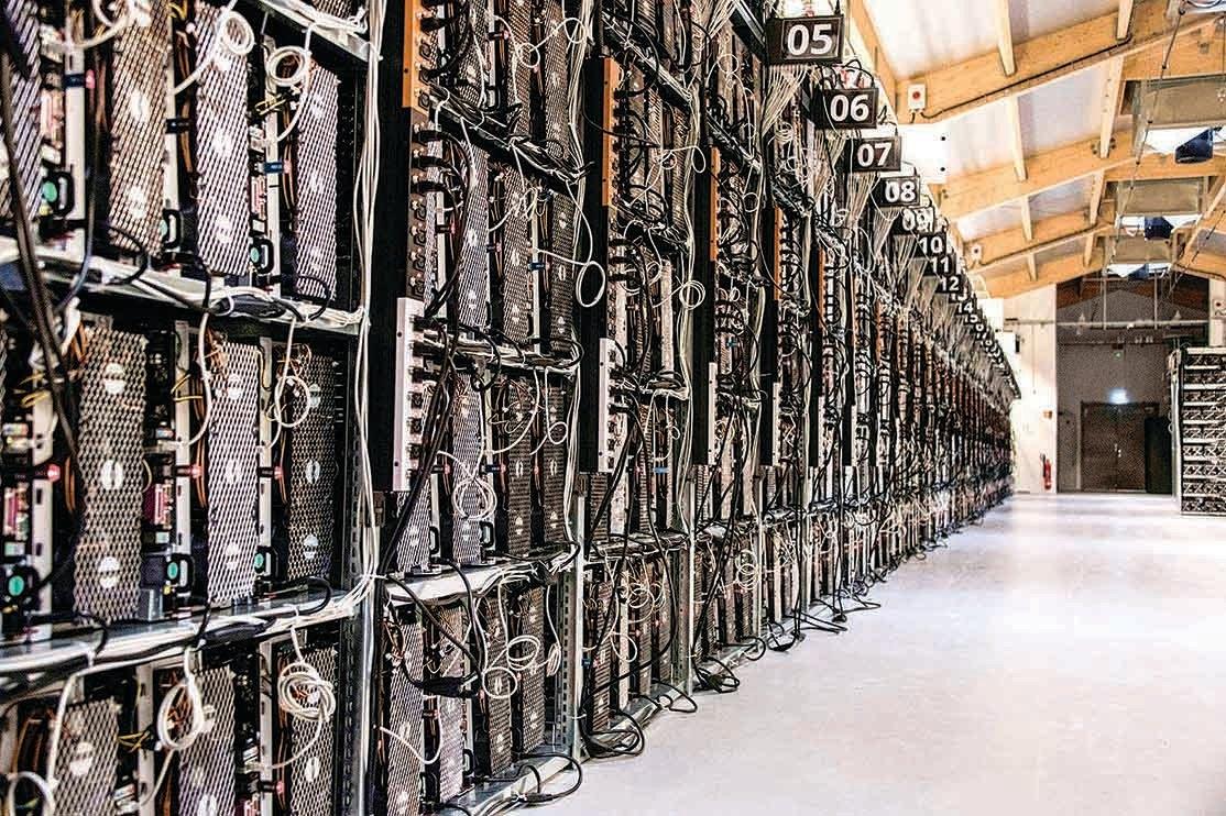 比特幣「礦場」是能耗大戶。圖為2018年,冰島的一個比特幣「礦場」,密佈大量電腦機件。(AFP)