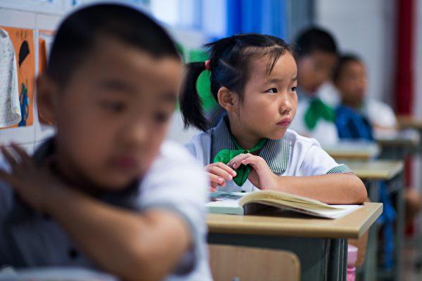 圖為大陸一所小學的學生。((JOHANNES EISELE/AFP/Getty Images)