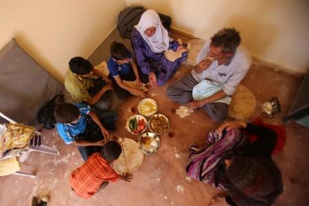敘利亞達拉雅市遭政府空襲、圍城4年,人民生活艱困,常處於飢餓狀態。敘利亞政府與反抗軍近日達成停火協議,民眾撤離達拉雅後,終於有飯可吃。(AFP PHOTO / Youssef KARWASHAN)