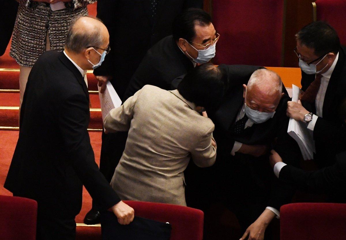 中共政協副主席、前行政長官董建華今早(3月5日)在北京人民大會堂出席人大會議後,離場時在台上跌倒。(LEO RAMIREZ / AFP)
