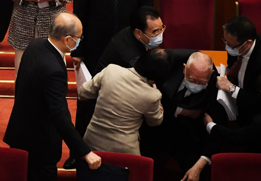 中共兩會擬改香港選制 前特首董建華離場時跌倒