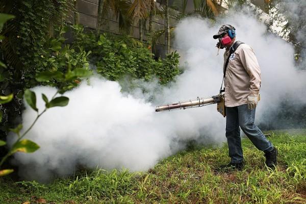佛州邁阿密海灘居民區工作人員在噴灑滅蚊藥。(Getty Images)