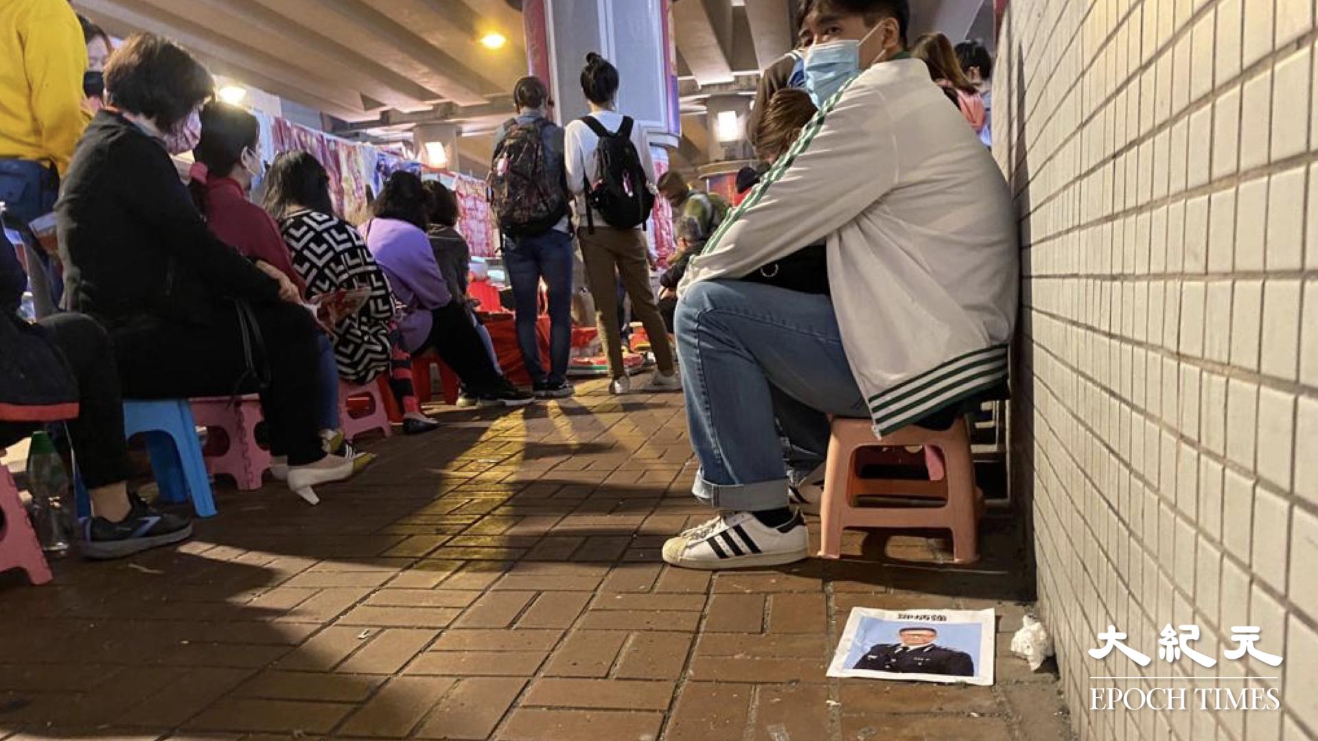今天(5日)是中國24節氣「驚螫」,有不少市民按傳統習俗到銅鑼灣鵝頸橋底「打小人」。(梁珍/大紀元)