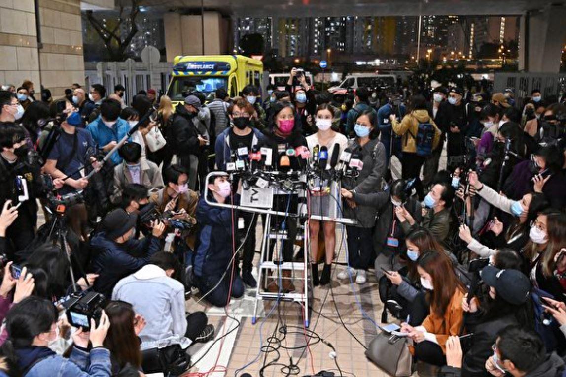 3月4日,民陣召集人陳皓恆(左一)、長毛梁國雄太太(左二)、岑敖暉太太(左三)、朱凱廸太太(右一)召開記者會,抗議律政司阻擋15名被告保釋回家。(宋碧龍/大紀元)