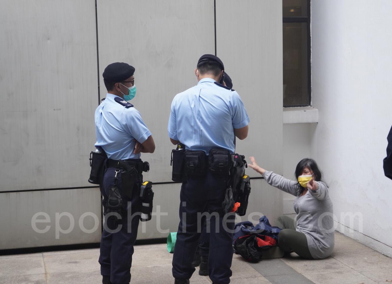 期間,有市民遭到警方截查。(余鋼/大紀元)