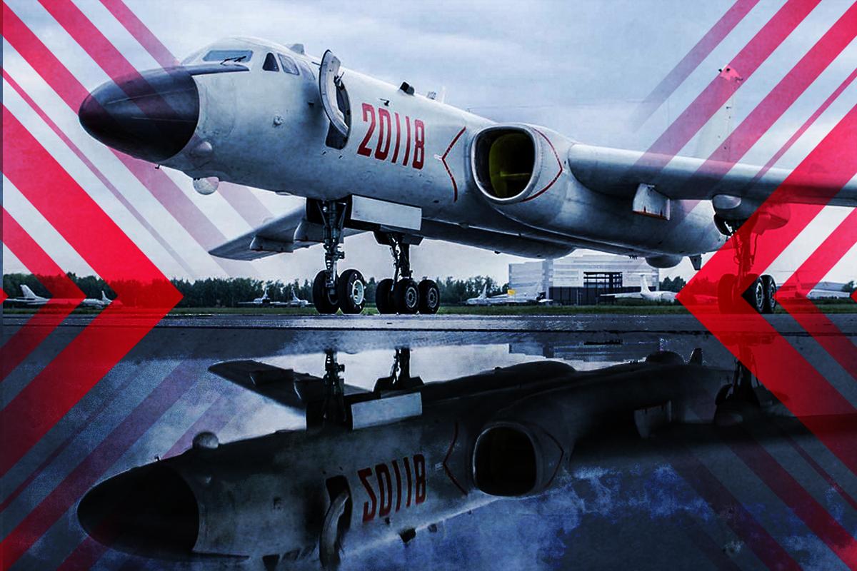 轟六前身TU-16曾向美航母炫武,結果在美軍面前當場墜海,機毀人亡。近日轟六掛六枚巨大導彈頻繁現身台海、南海,恍若歷史重演。(大紀元製圖)