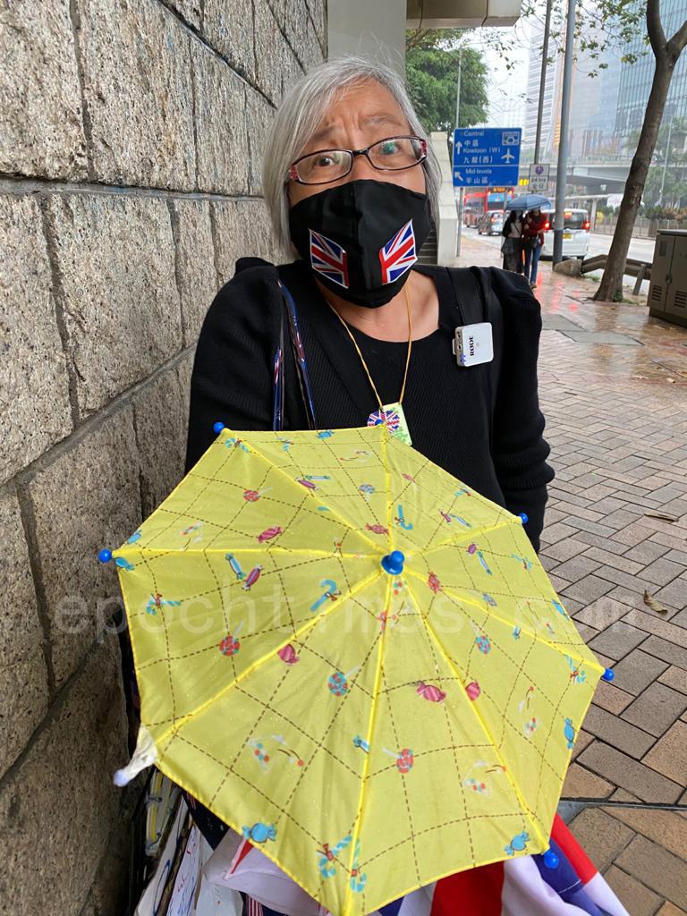 王婆婆以最近的天氣細雨朦朧為比喻,相信香港人最後一定會「雨過天晴」。(梁珍/大紀元)