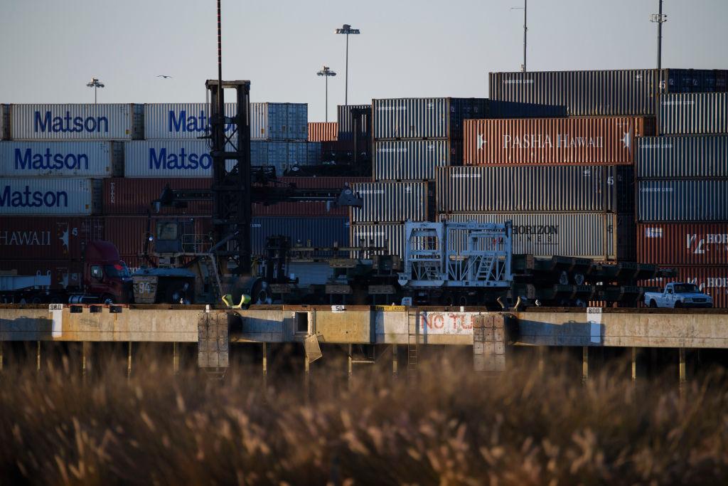 美國周五(3月5日),公佈1月出口按月上升1.0%至1,919億美元,與中國貿易逆差連續兩個月收窄。(PATRICK T. FALLON/AFP via Getty Images)