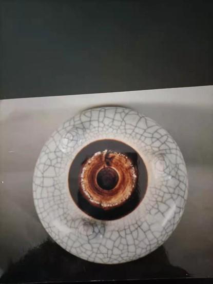 鄧道平爺爺收藏的古玩字畫都被政府洗劫,只留下了這一張圖片。圖為乾隆哥釉爐(直徑10厘米)。(受訪者提供)