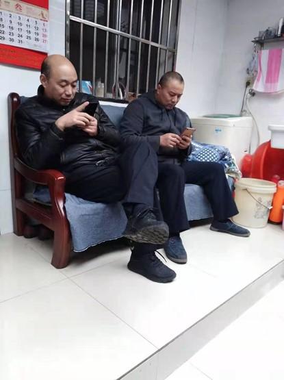 從3月2日開始,無錫城南派出所「保安」人員住在鄧道平隔壁,24小時三班倒監視鄧道平。圖為其中兩人。(受訪者提供)