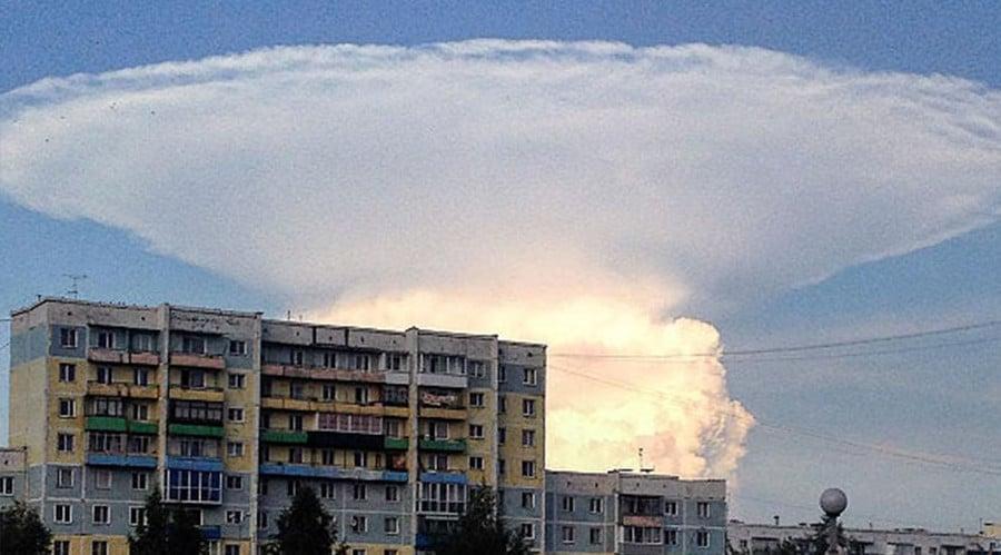 俄國克麥羅沃市29日早上出現巨大的蘑菇狀雲朵(mushroom cloud),嚇壞了當地居民,紛紛將此現象拍了下來。(圖截自Instagram)