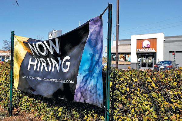 加州一家Taco Bell 餐館的招聘告示。(Getty Images)