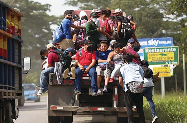 2月份美墨邊境逮捕了近10萬名非法越境者,創15年來新高。(Milo Espinoza/Getty Images)